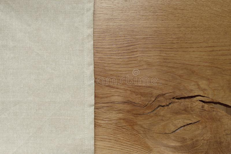 Bieliźniany tablecloth od lewa strona drewnianego stołu zdjęcie royalty free