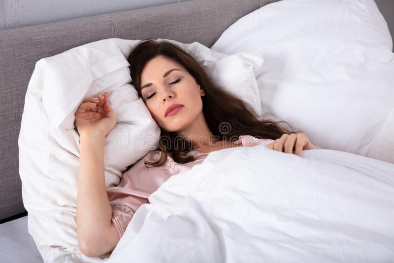 bielizna sypialna kobieta obraz royalty free