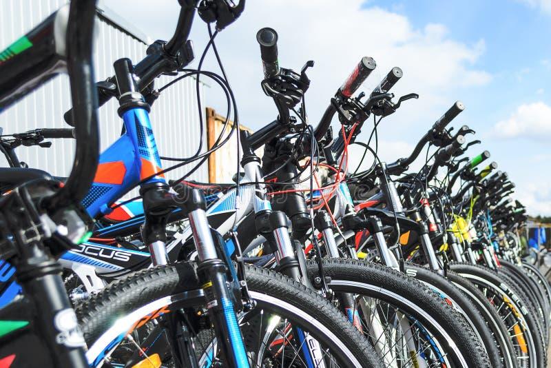 Bielorrússia, Minsk - 12 de abril de 2017: O mercado das bicicletas Muitas bicicletas baratas fotografia de stock