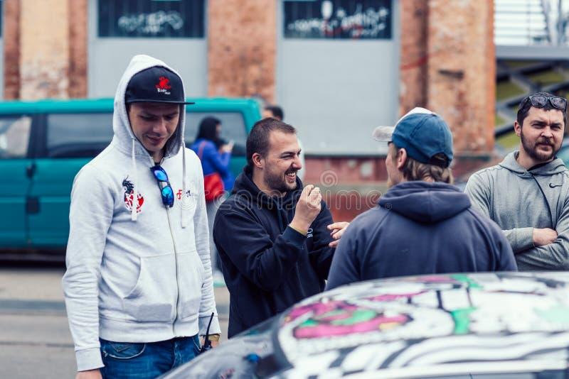 Bielorrusia, Minsk, puede 17, 2015, calle de Oktyabrskaya, festival del motorista grupo de conductores que hablan en el estaciona foto de archivo