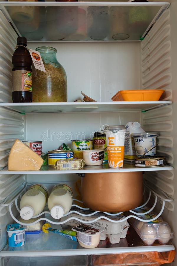 Bielorrusia Minsk 06 vista delantera 12 2019 del refrigerador por completo de la comida que permanece en casa foto de archivo libre de regalías