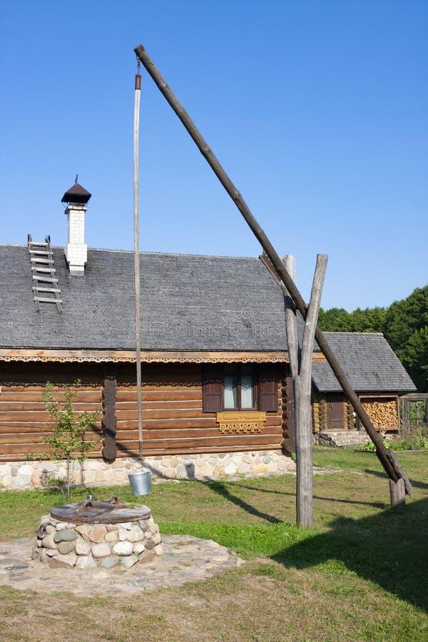 Bielorrusso tradicional bem em Nanosy-Novoselye complexo etnocultural É recreat histórico fotos de stock royalty free