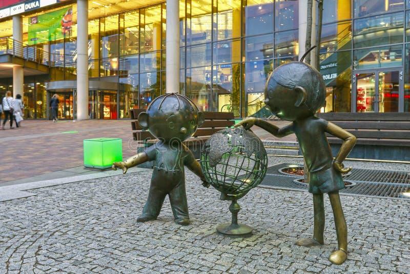 BIELSKO BIALA, POLSKA - 02 KWIETNIA 2016 R.: Bolek i Lolek, słynne postacie z polskich kreskówek przed Galeria Sfera zdjęcia stock