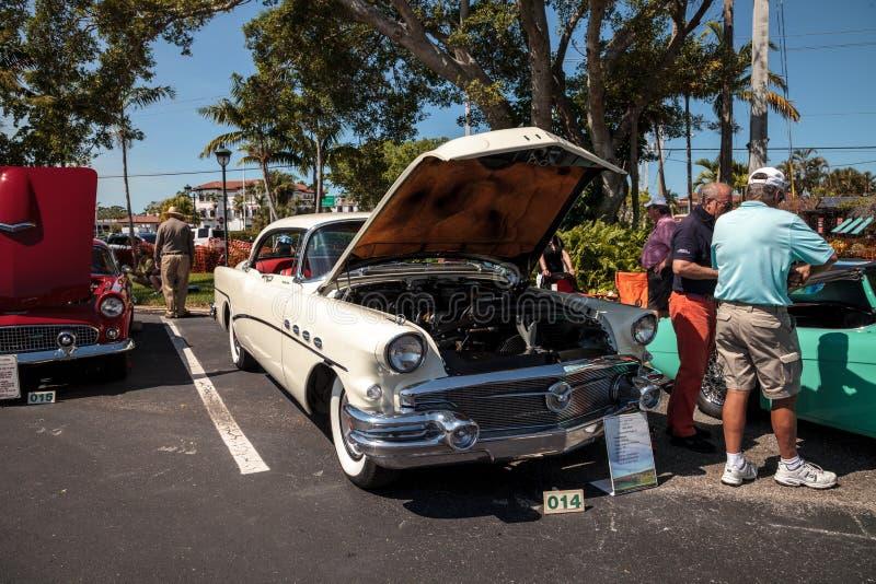 Bielu Buick Roadmaster 1956 model 73 przy 32nd Roczny Naples zajezdni klasyka car show obraz stock