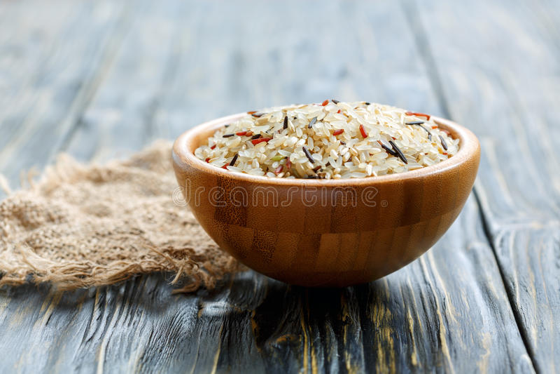 Bielu, czerwieni, brown i dzikiego ryż w drewnianym pucharze, obraz stock