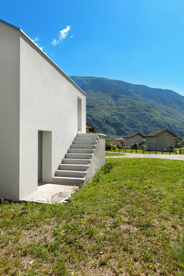 Download Bielu dom, boczny widok zdjęcie stock. Obraz złożonej z łąka - 57656364