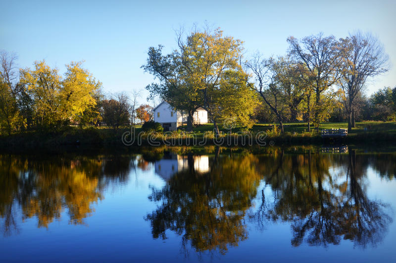Bielu dom na jeziorze zdjęcie stock