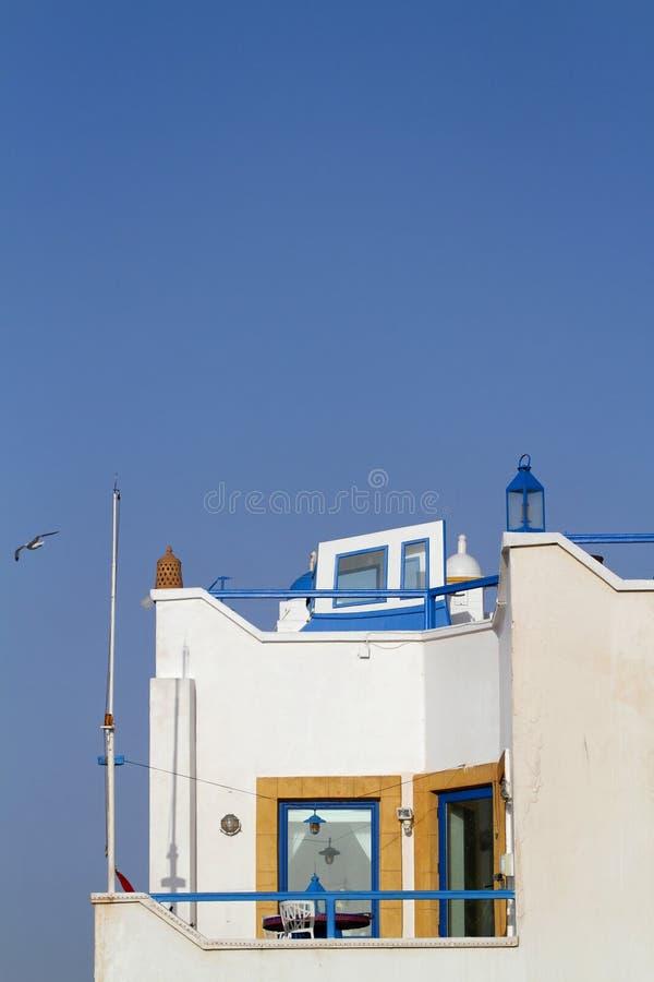 Bielu dom na niebieskim niebie zdjęcie stock