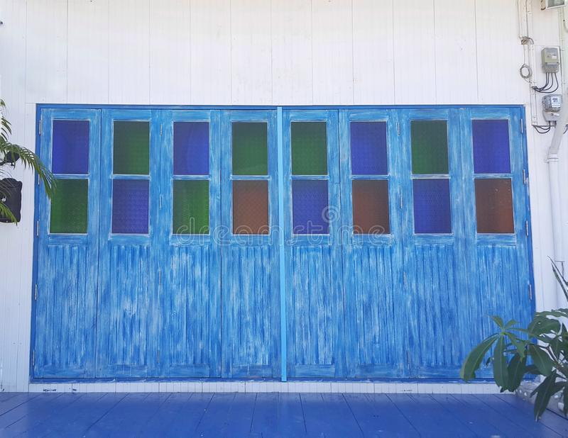 Bielu dom z błękitnymi okno i drzwiami fotografia stock