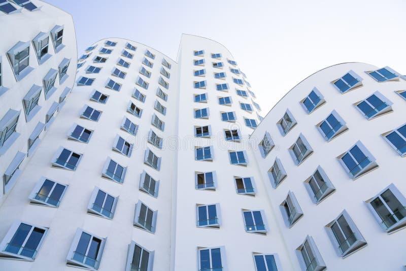 Bielu dom z błękitnymi okno, nowożytna architektura obrazy stock