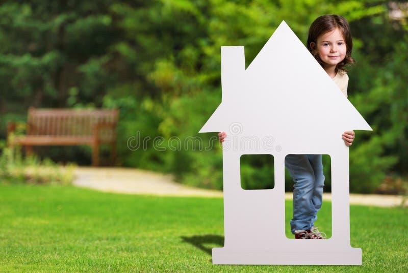 Bielu dom z dziewczyną na parku obrazy stock