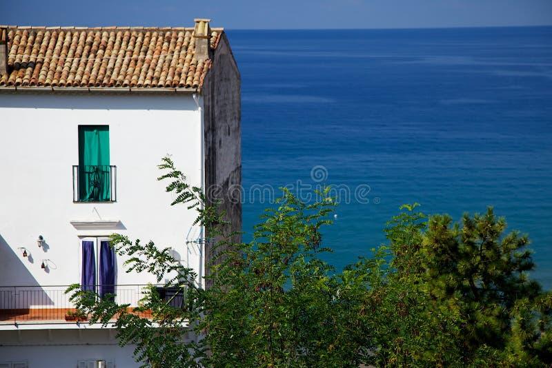 Bielu Domowy Przyglądający Out nad oceanem w Włochy zdjęcie stock