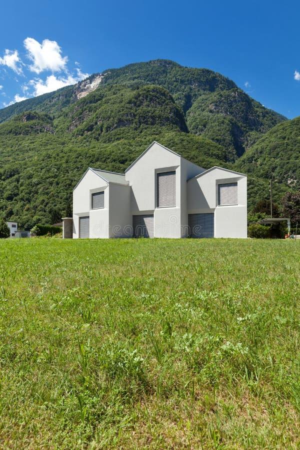 Download Bielu domowy widok od łąki zdjęcie stock. Obraz złożonej z nieruchomości - 57658372