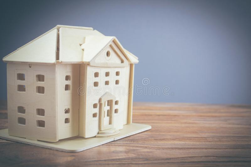 Bielu domu modele umieszczają na stole fotografia royalty free