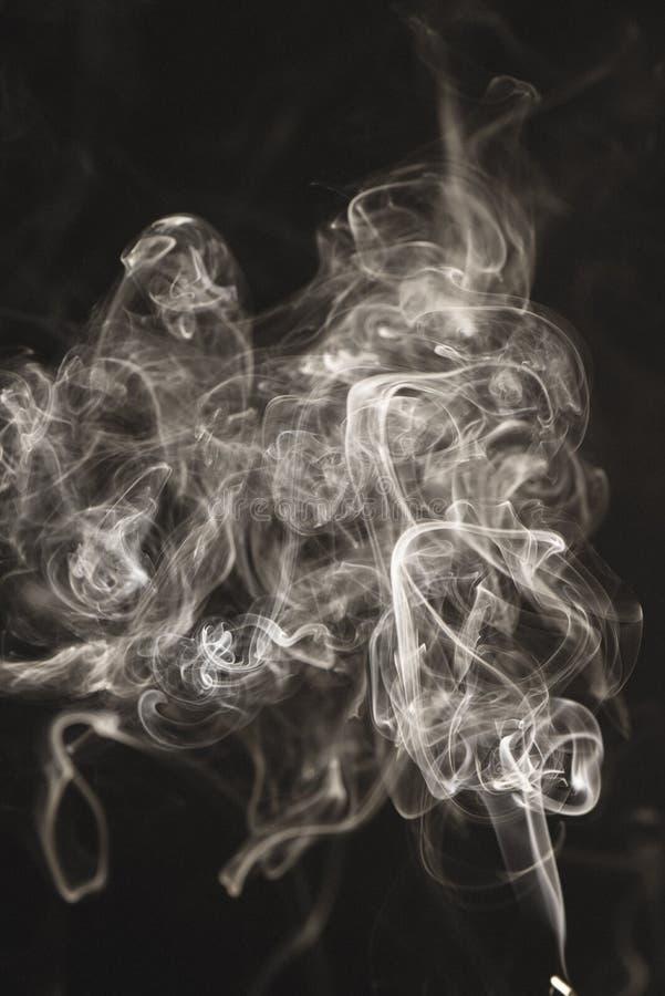 bielu dym na czarnym tle - rocznika retro spojrzenie obraz stock