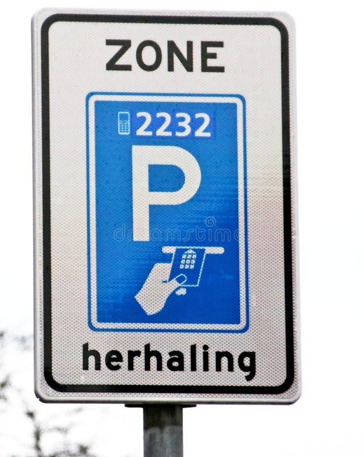 Bielu i błękita szyldowy wskazywanie który w ten strefa parking może robić przez telefonu komórkowego app i płaci, obrazy royalty free