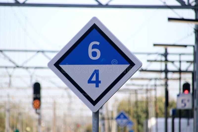 Bielu i błękita szyldowy ocechowanie gdzie zatrzymywać z 4 lub 6 samochodami na pociągu na stacyjnej platformie na Leiden Centraa obrazy royalty free