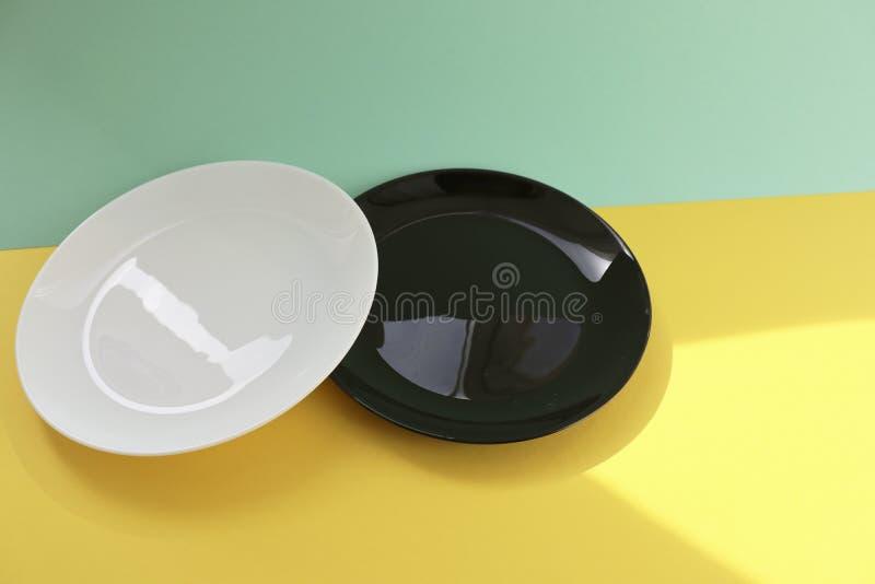 bielu i czerni puści talerze zdjęcia royalty free