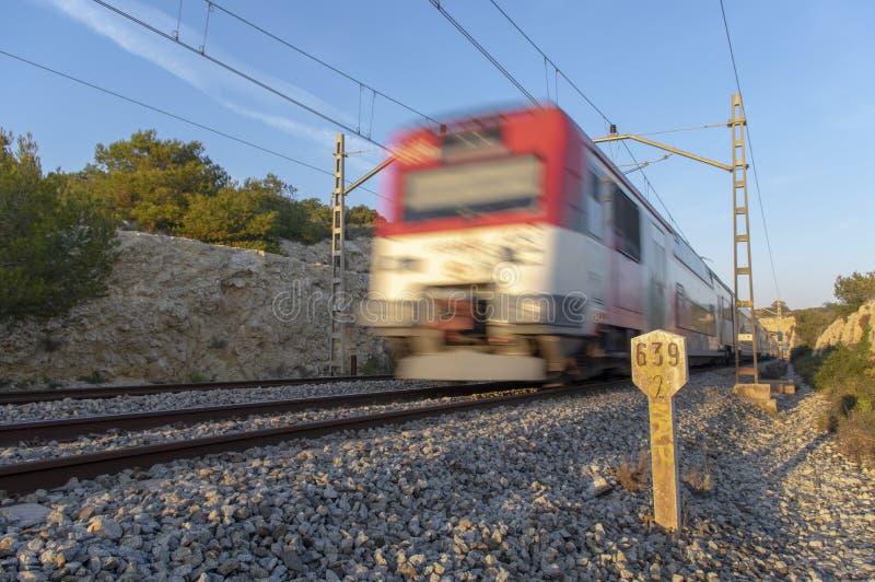 Bielu i czerwieni skrótu odległość trenuje w ruchu i z kilometric drogowym znakiem gdy opuszczać tunel fotografia stock