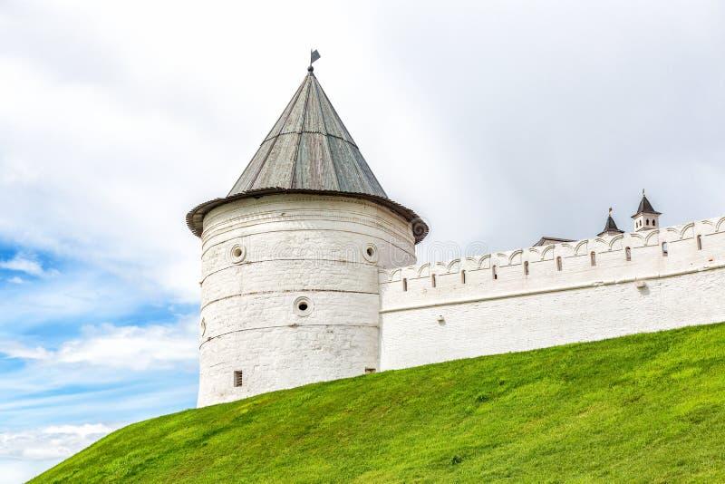 Bielu kamienia wierza z drewnianym dachem w Kazan Kremlin obrazy royalty free