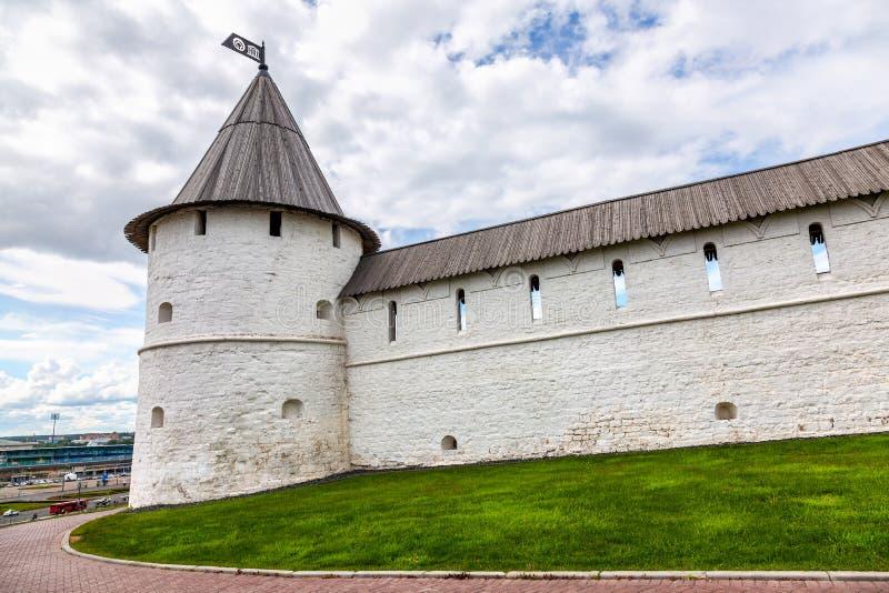 Bielu kamienia wierza z drewnianym dachem w Kazan Kremlin zdjęcie stock