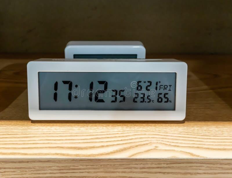 Bielu kieszeniowy cyfrowy zegar na drewnianej p??ce obraz royalty free