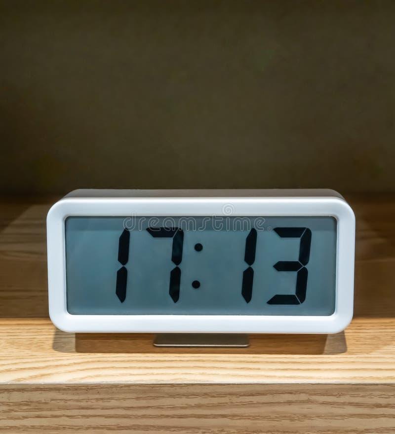 Bielu kieszeniowy cyfrowy zegar na drewnianej p??ce fotografia royalty free