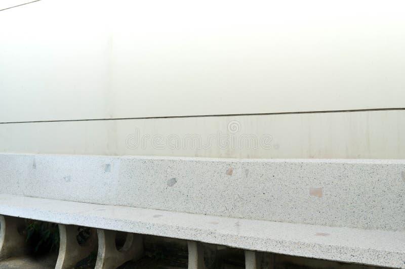 Bielu marmuru krzesła na biel ścianie w dniu zdjęcia royalty free