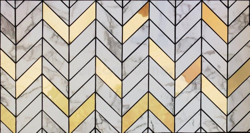 Bielu marmuru płytki mieszać z złocistym materiału wzorem ukazują się teksturę W górę wewnętrznego materiału dla projekt dekoracj obraz royalty free