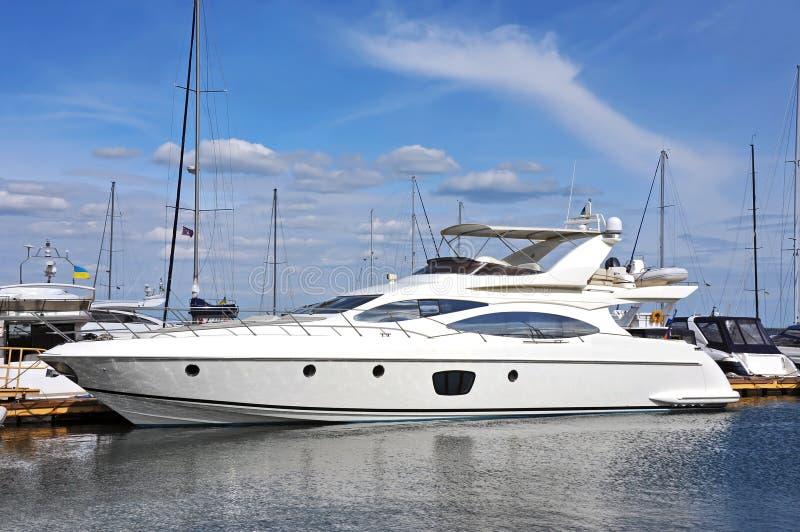 Bielu motorowy jacht obraz royalty free
