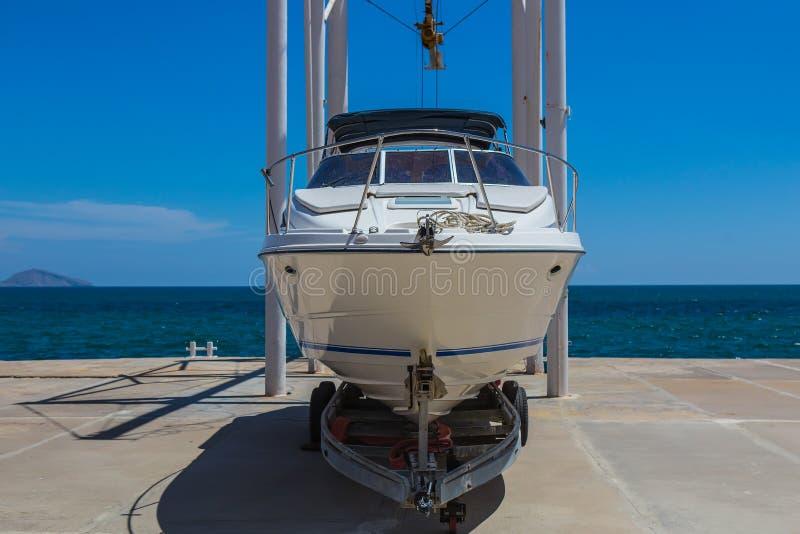 bielu motorowy jacht dalej na poręczach na ląd fotografia royalty free