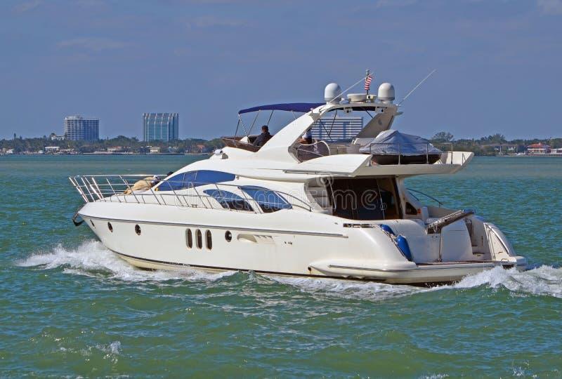 Bielu Motorowy jacht Pływa statkiem Floryda nabrzeżną drogę wodną Z Miami plaży zdjęcia stock