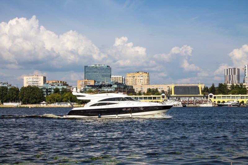 Bielu motorowy jacht przy Khimki rezerwuarem w Moskwa na letnim dniu obraz royalty free