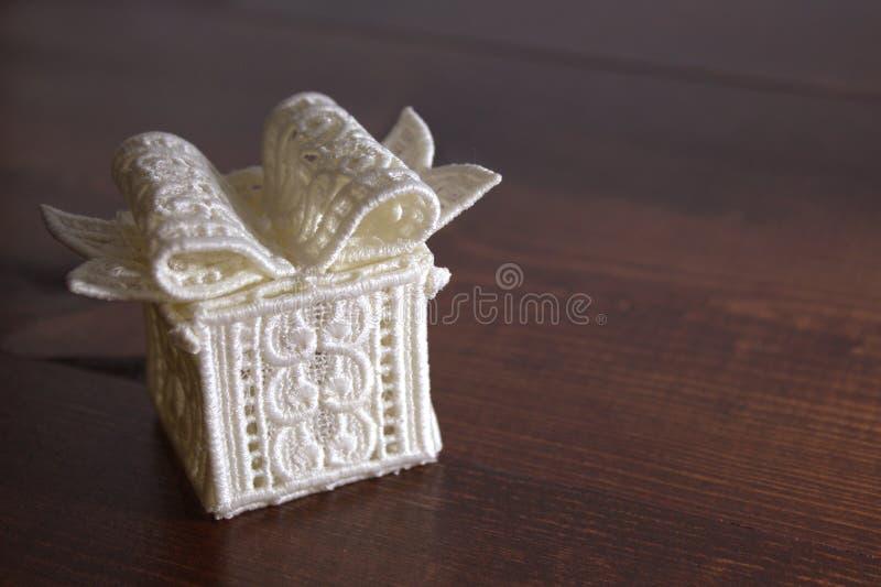Bielu prezenta Koronkowy pudełko z Nieociosanym tłem zdjęcia stock