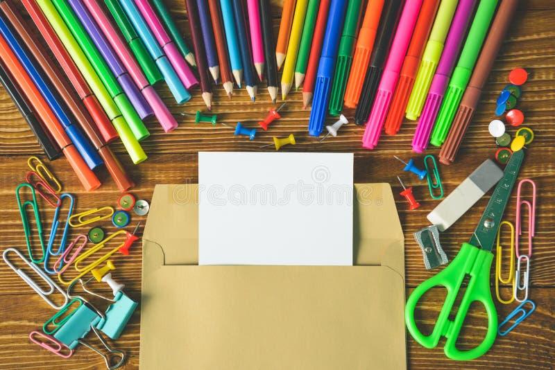 Bielu prześcieradło w konwertycie z ołówków nożycami zdjęcia stock
