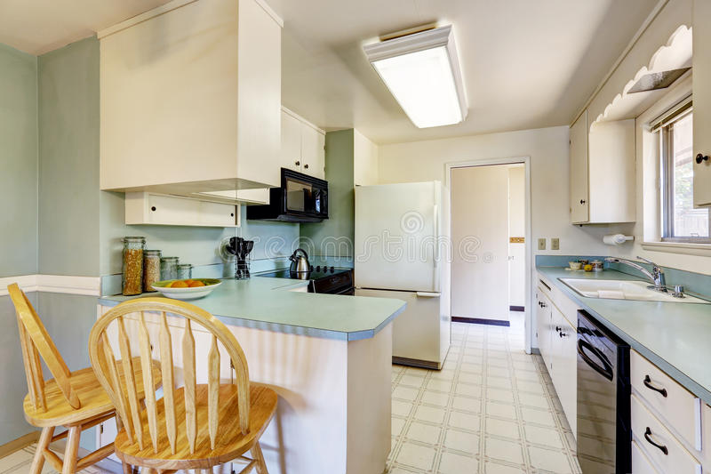 Bielu pusty prosty stary kuchenny wnętrze obrazy royalty free