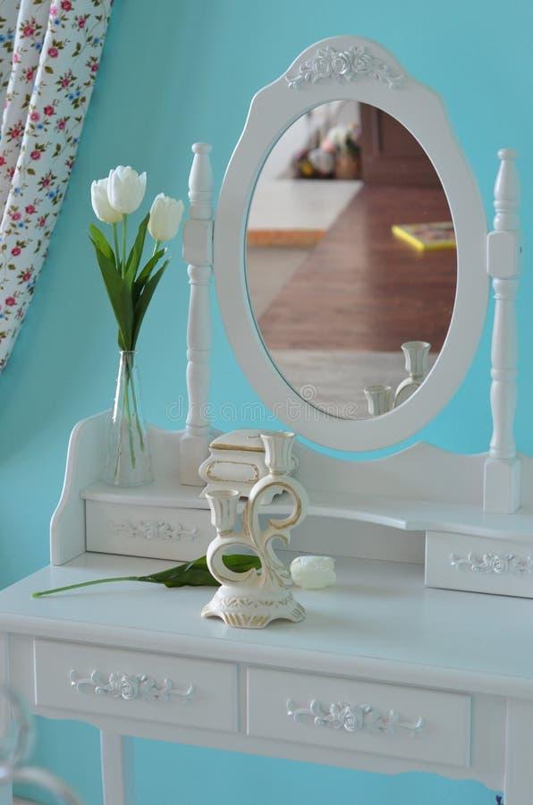 Bielu stół z lustrem obraz stock