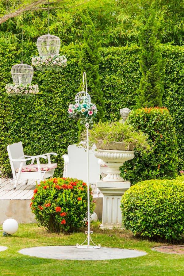 Bielu stołu set i kwiatu garnka dekoracja w ogródzie obraz royalty free