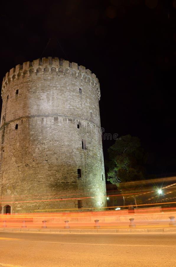 Bielu wierza w Saloniki nocy zdjęcia stock