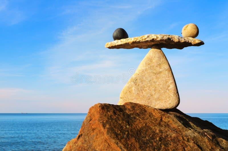 Bien équilibré sur le rocher image libre de droits