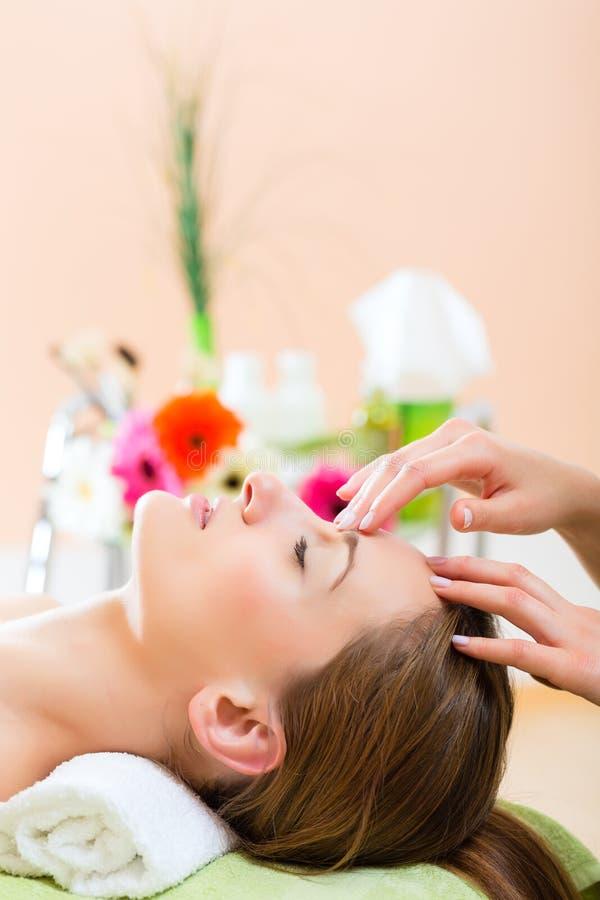 Bien-être - femme obtenant le massage principal dans la station thermale photos libres de droits