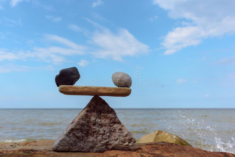 Bien-balanza de piedras en la costa fotografía de archivo