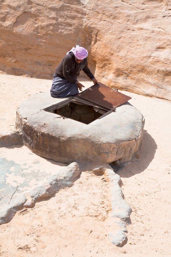 Bien en postre del ron del lecho de un río seco, Jordania foto de archivo