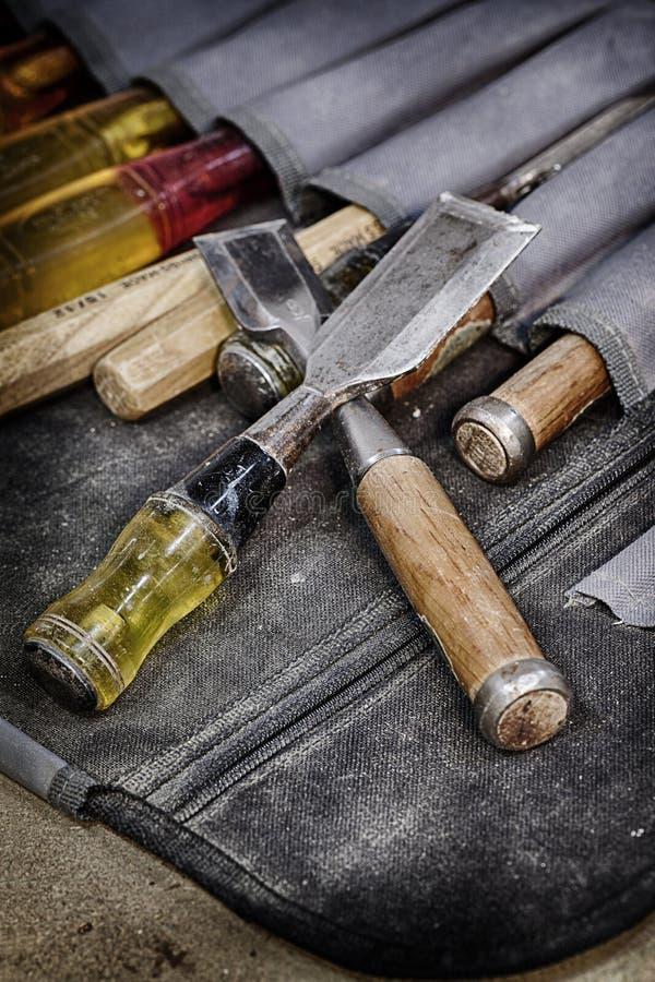 A bien utilisé les burins fonctionnants en bois images stock