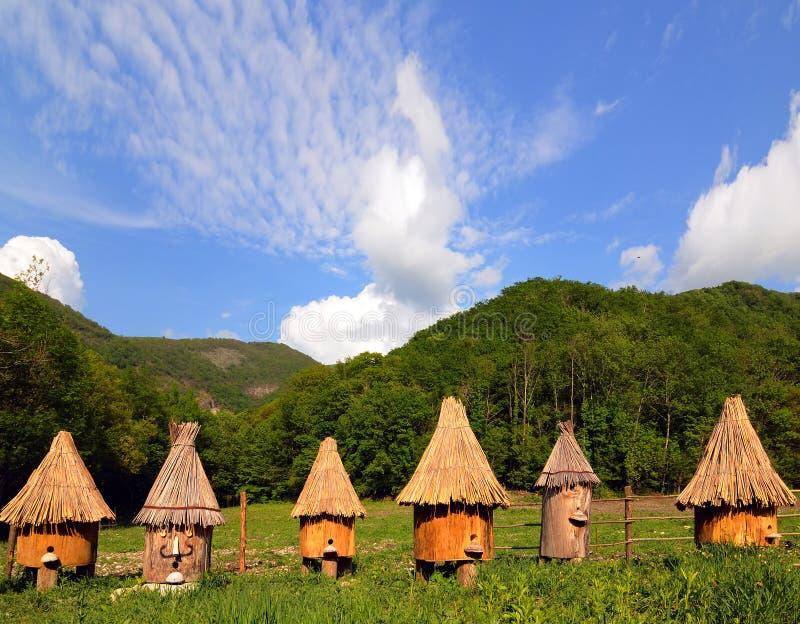 Bienenhaus in den Bergen stockbilder