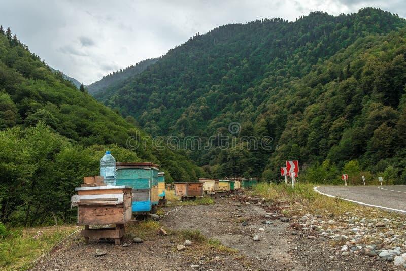 Bienenhaus in den georgischen Bergen auf einer Straße zu Svanety stockfoto