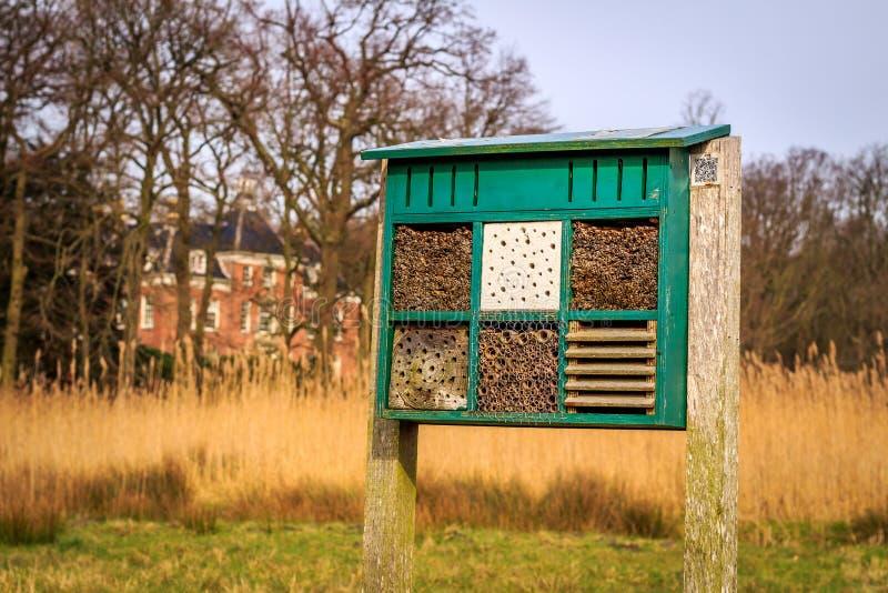Bienenhotel am Zustand Leyduin stockbilder