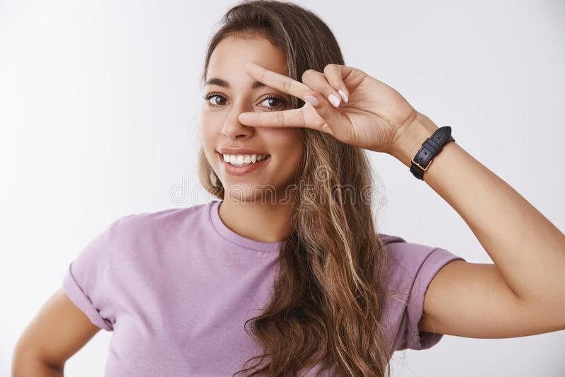 Bienestar, concepto de la forma de vida Muchacha feliz sonriente magnífica que muestra gesto de la victoria de la paz en el ojo q imagen de archivo libre de regalías