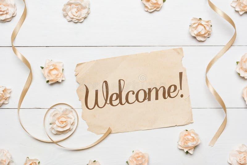 ¡ Bienvenido! Hoja y rosas de papel del vintage foto de archivo libre de regalías