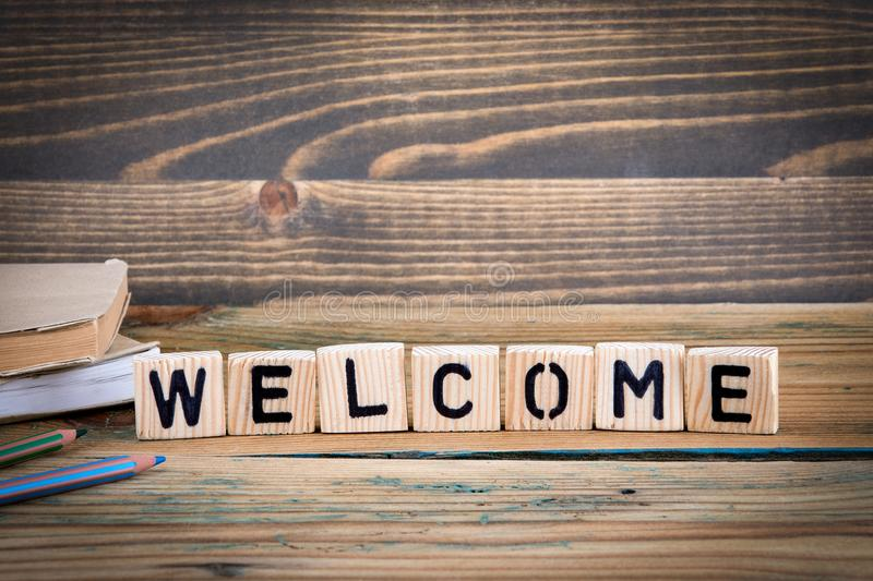 Bienvenido Letras de madera en el fondo del escritorio de oficina, informativo y de la comunicación fotografía de archivo